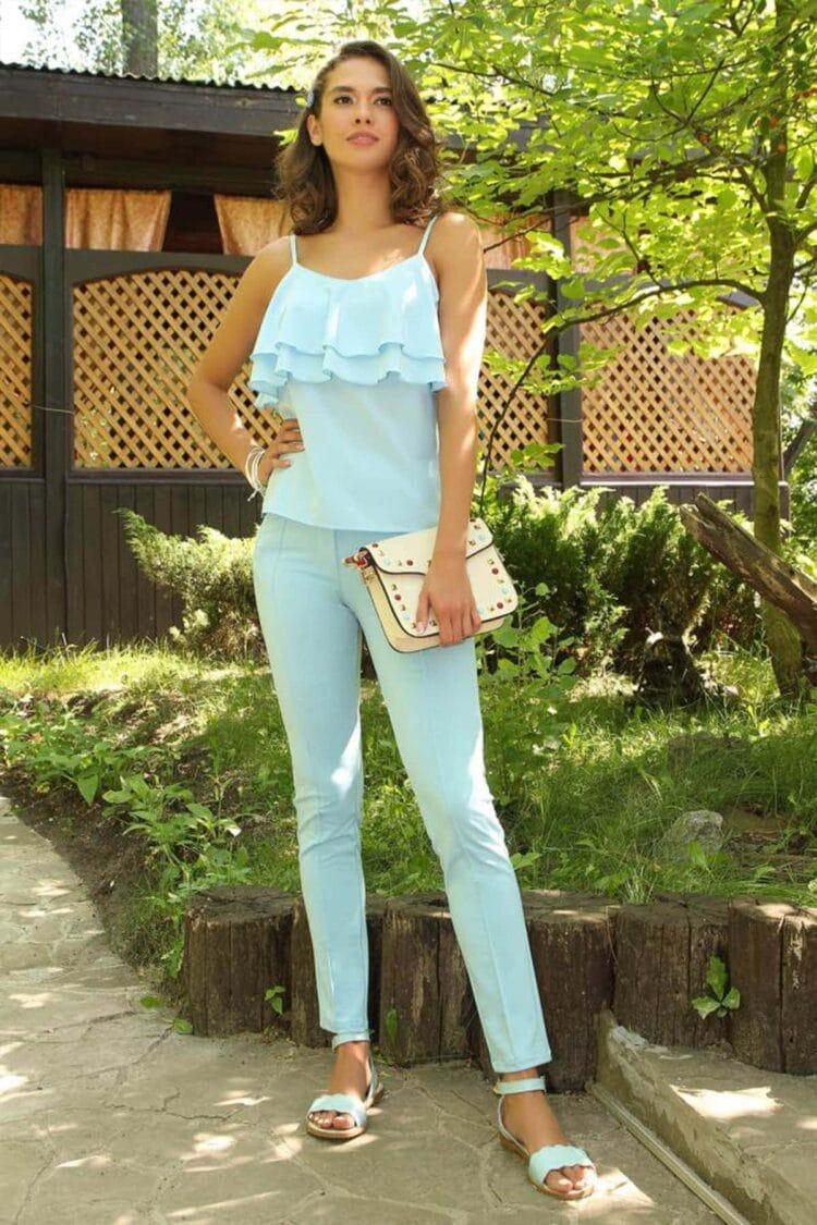 Mergina apsirengusi šviesiai mėlyna spalva vasaros sezonu