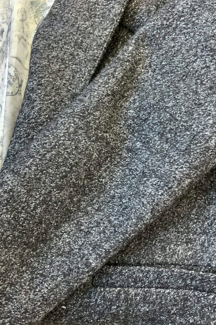 Pilko švarko tipo palto su saga medžiagos detalė