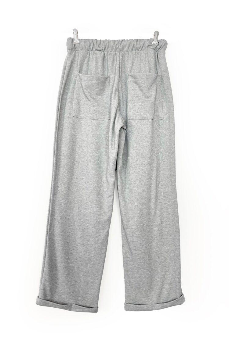 Pilkos laisvos trikotažinės kelnės su kišenėmis užpakalyje
