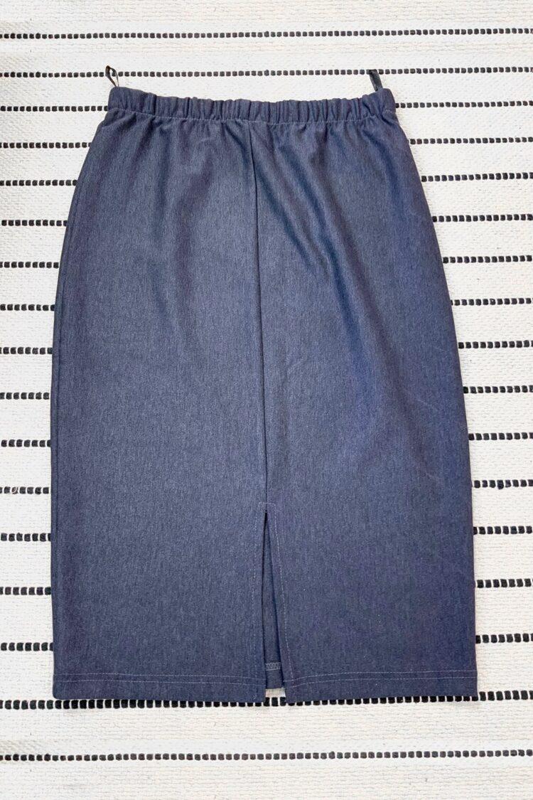 Mėlynas džinsinis trikotažinis trumpas sijonas su skeltuku