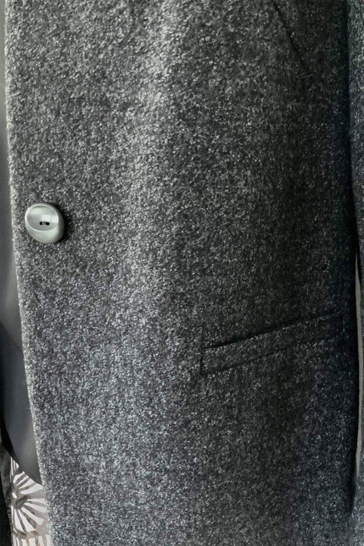 Pilko švarko tipo palto su saga detalė