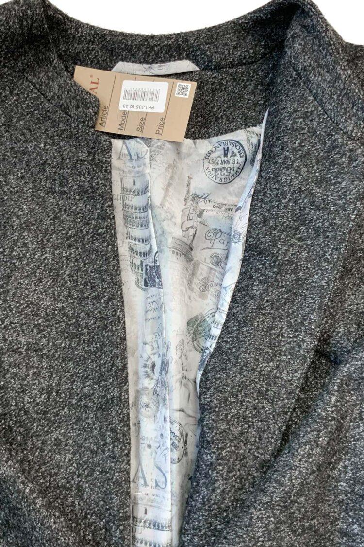 Pilko švarko tipo palto su saga pamušalo detalė