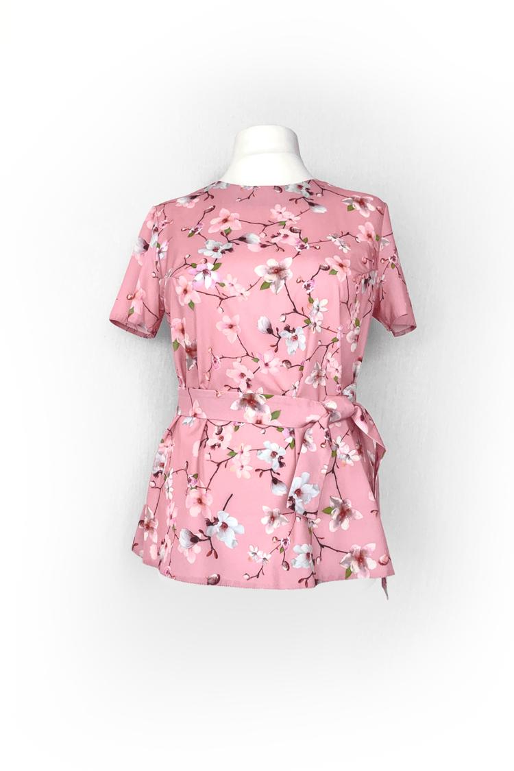 Rožinė palaidinė su žiedlapiais trumpomis rankovėmis