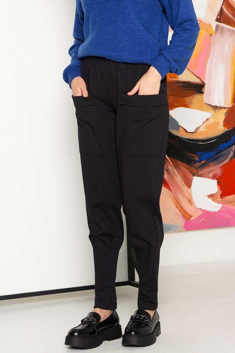 Juodos patogios trikotažinės kelnės su kišenėmis ir virvute