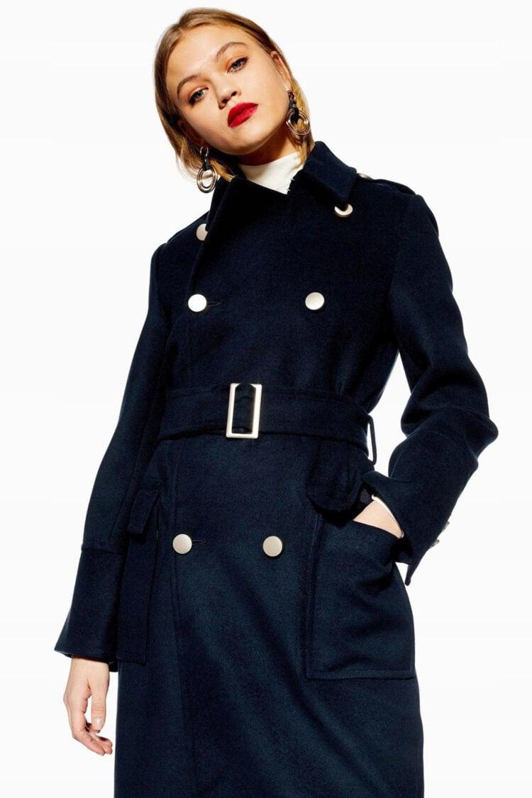 Tamsiai mėlynas paltas su diržu ir auksinėmis sagomis