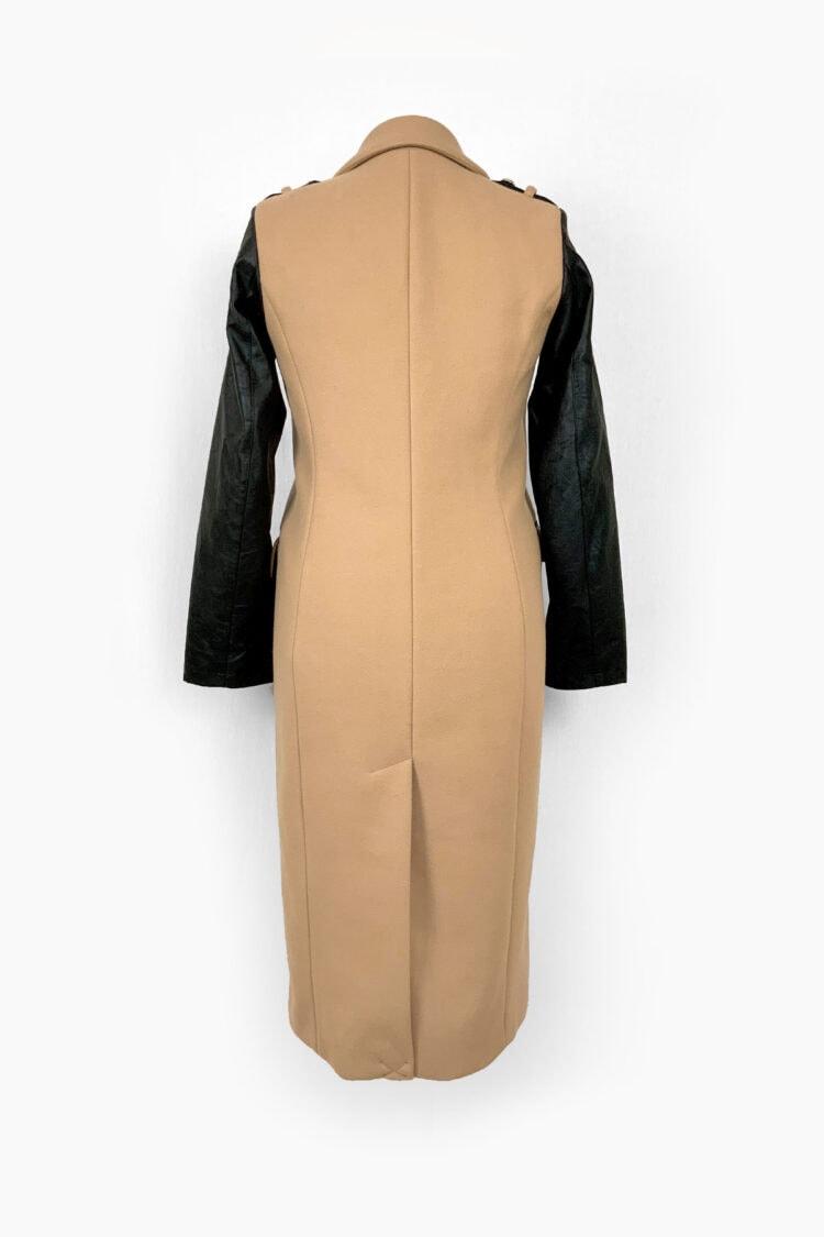 smėlio spalvos paltas su odinėmis rankovėmis