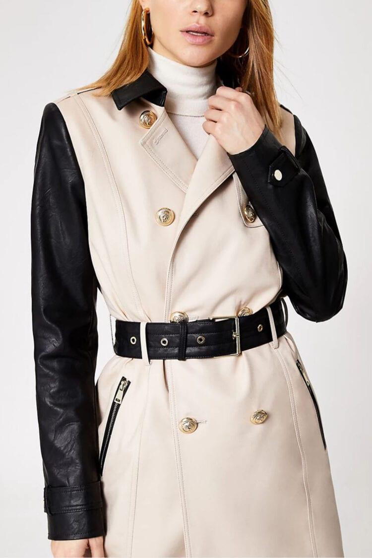Lengvas šviesus paltas su odinėmis rankovėmis ir diržu