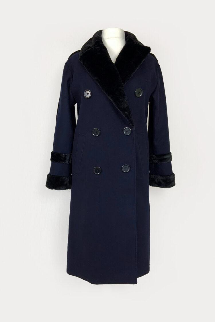 Tamsiai mėlynas paltas su juodu kailiu ir sagomis