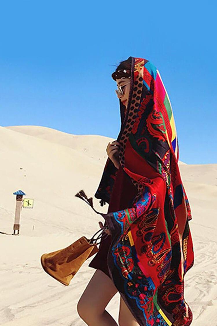 Mergina apsigaubusi raudona skara su ornamentu eina dykumoje