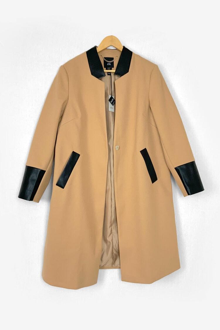 Smėlio spalcos paltas su odinėmis detalėmis