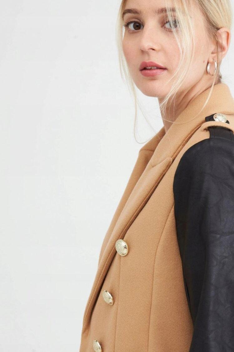 smėlio spalvos paltas su odinėmis rankovėmis ir sagomis