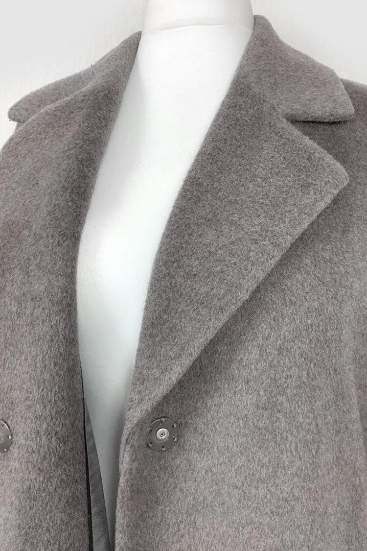 švelnus trumpo plauko pilkas paltas su diržu