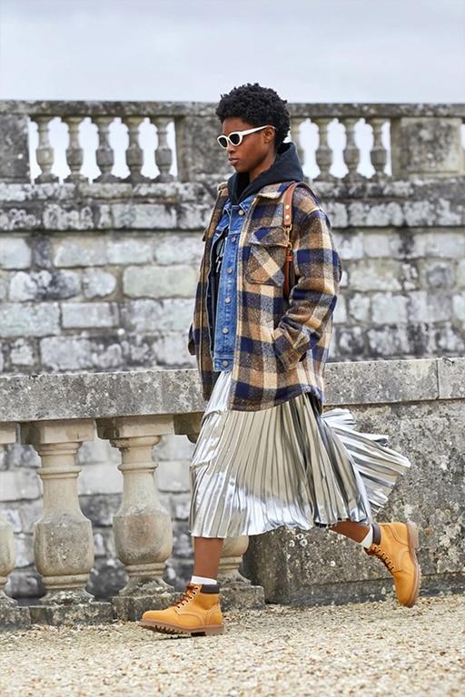 Sidabrinis ilgas klostuotas sijonas su languotu švarku gatvės stilius