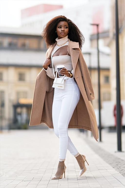 Šviesus smėlio spalvos paltas ir balti džinsai ruduo miestas moteris