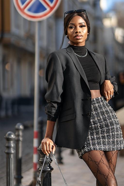 Juodas stilingas švarkas su tvido sijonu miesto stilius
